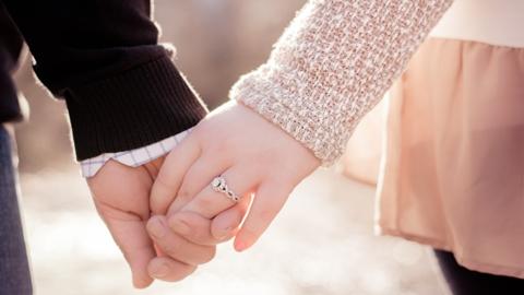 คุณกับแฟนจับมือกันแบบไหน? 5 ลักษณะการจับมือพร้อมความหมาย!!!
