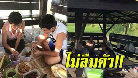 ไม่ลืมตัว !! ไผ่ พงศธร ปูเสื่อนั่งกินข้าวกับแม่ สบายๆบนศาลาริมทาง