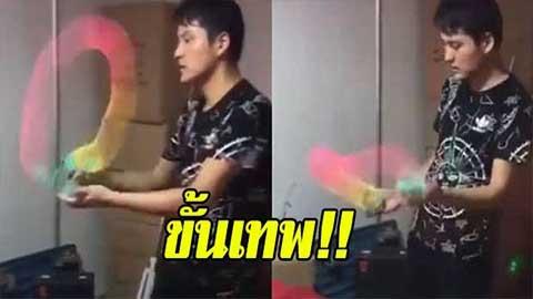 ว้าวสุดๆ!! พ่อค้าหนุ่มชาวจีน โชว์สกิลเล่นปริงสีขั้นเทพ อย่างกับมีสายรุ้งอยู่ในมือ
