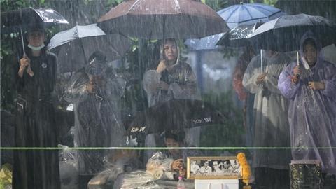 ประมวลภาพ''ลูกของพ่อ''เฝ้ารอถวายความอาลัยด้วยใจภักดี แม้ฝนตกหนัก...