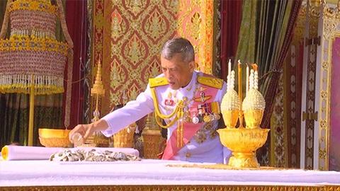 สมเด็จพระเจ้าอยู่หัว ทรงบรรจุพระบรมอัฐิ ในหลวง ร.9 ลงในพระโกศทองคำ