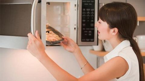 เมื่อเราอุ่นอาหารแสงจากไมโครเวฟ อันตรายต่อร่างกาย เรื่องจริงหรือไม่?