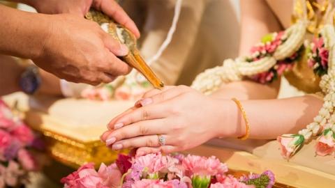 น้ำสังข์ในพิธีแต่งงานเปรียบได้ดั่งน้ำศักดิ์สิทธิ์ เสริมดวงบ่าวสาวให้อยู่กันจนแก่เฒ่า