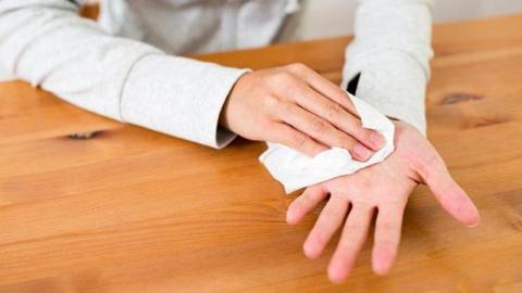 ลักษณะอาการเหงื่อออกมือ แบบไหนถือว่าผิดปกติ